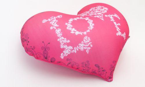 Декоративная подушка в форме сердца Love